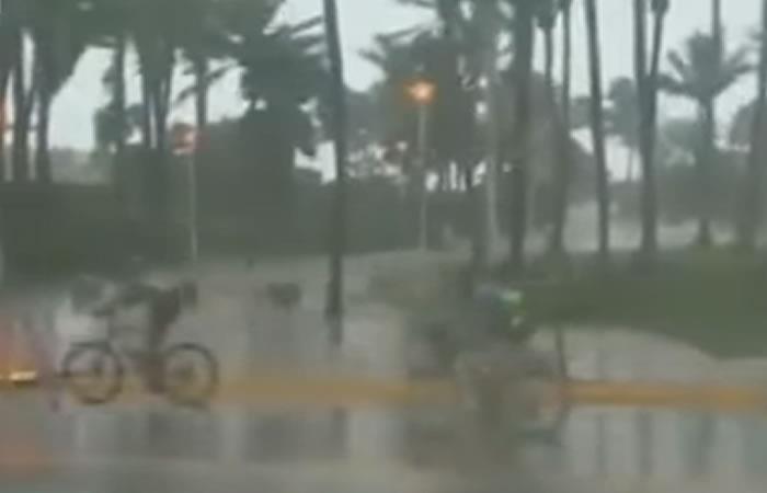 Miami: Ciclistas deciden montar en bicicleta durante el huracán Irma