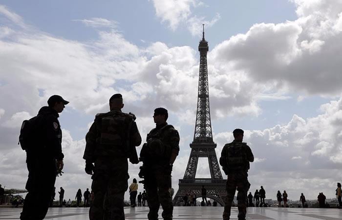 En París un hombre atacó con cuchillo a un militar