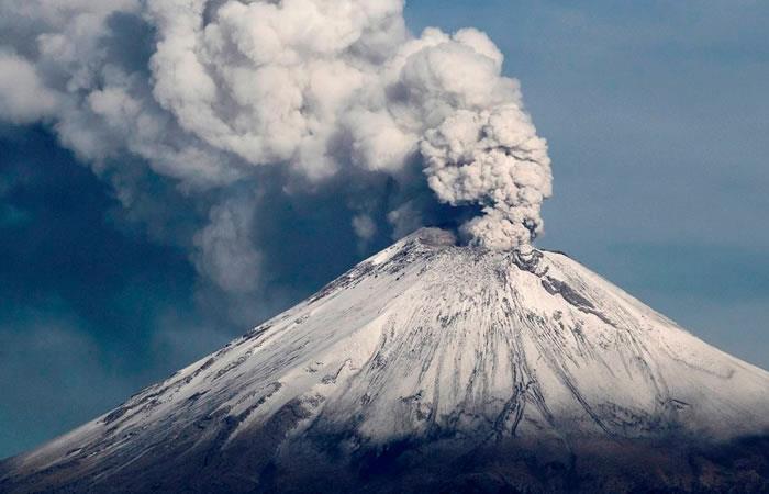 Volcán Popocatépetl lanza cenizas en centro de México