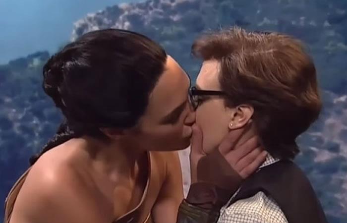 Mujer Maravilla: El beso de Gal Gadot a una mujer en pleno show