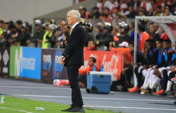 EL DT de Colombia José Pekerman ante Perú. Foto. AFP