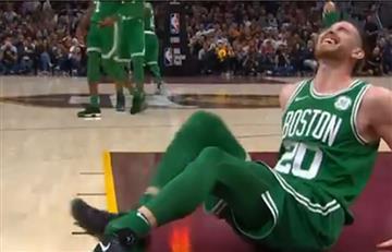 Video: Jugador de la NBA sufre desgarradora caída y se dobla el pie