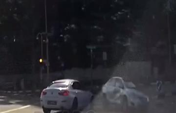 Cámara registra un incomprensible accidente con un 'coche fantasma'