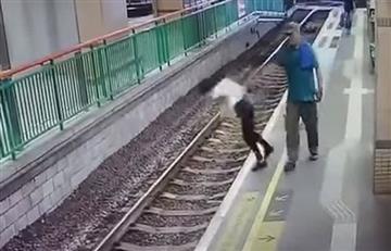 Hombre empuja a una mujer a las vías de un tren y continúa como si nada