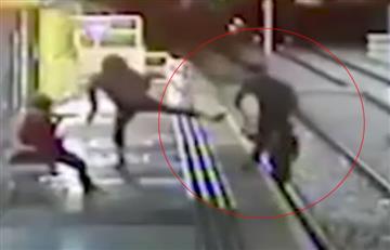 En Inglaterra, 'a patadas' lanzan a un joven a las vías del tren