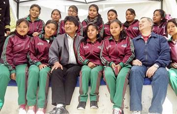 Evo Morales almuerza con jugadoras de fútbol de Juegos Estudiantiles