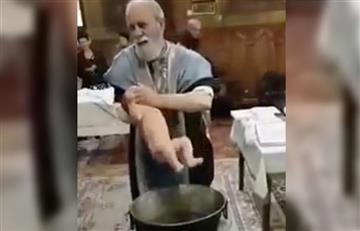 Video: Un sacerdote bautiza violentamente a un bebé y se hace viral