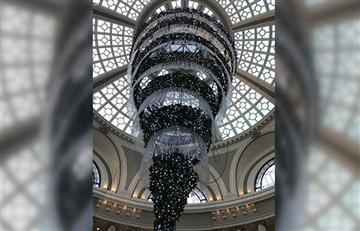 Centro Comercial pone un árbol de Navidad al revés