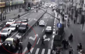 Video: Peatones levantan un auto para rescatar a un niño de entre las ruedas