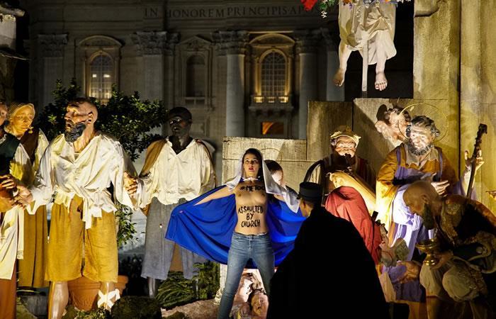 Una joven con los senos descubiertos protesta en pleno pesebre del Vaticano