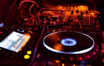 La Paz: Por celos un hombre golpeó a su novia, a sus amigos y a un DJ