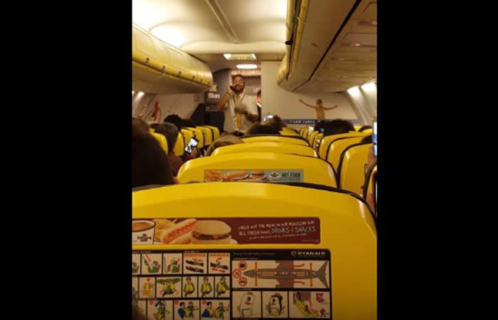 Video: Auxiliar de vuelo vende lotería al son de villancicos