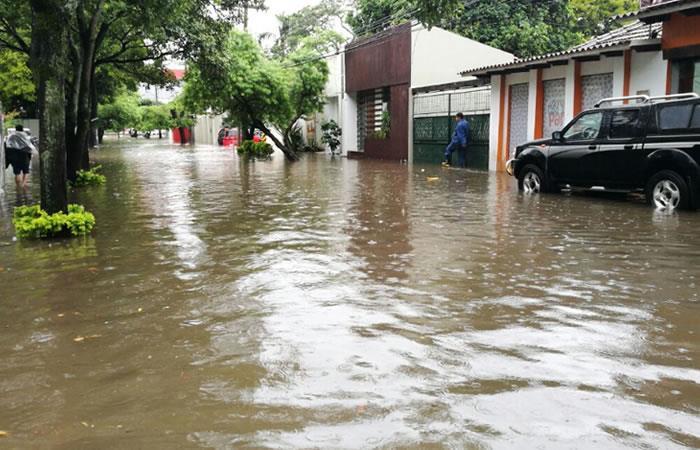 Intensas lluvias anegan las calles de Santa Cruz