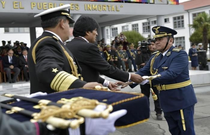 Evo Morales participa en acto de ascenso de oficiales de las FFAA