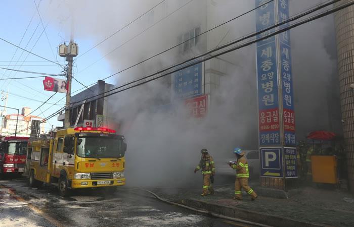 Los bomberos intentan apagar un incendio en un edificio del hospital en Miryang. Foto: AFP