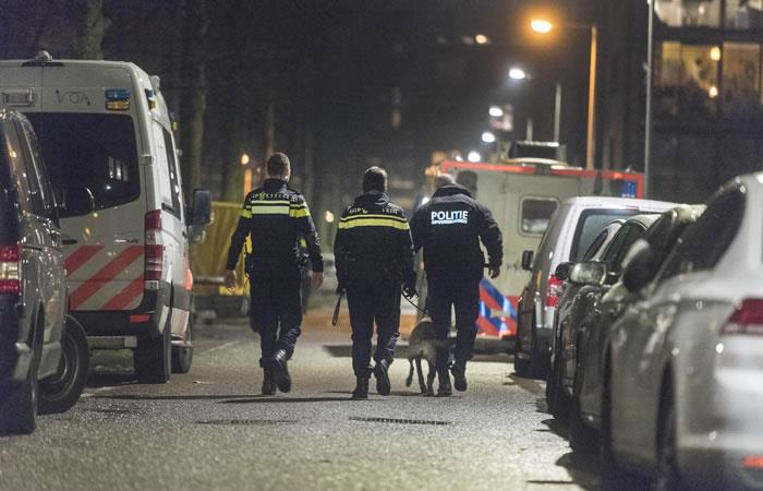Policías patrullan un carril cerrado después de un tiroteo en la Grote Wittenburgstraat en Amsterdam. Foto: AFP