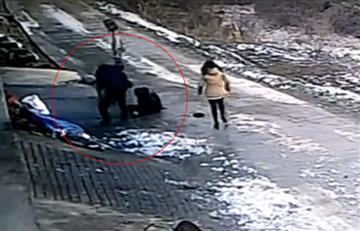 Video: Un jabalí ataca sin piedad a un grupo de personas