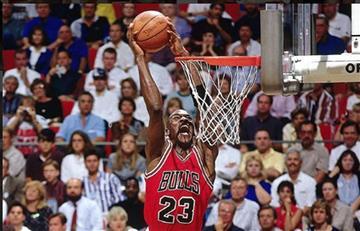 Michael Jordan cumple 30 años en el aire