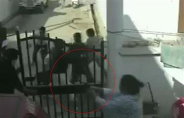 Video: Periodista era golpeado y su esposa salió con un arma a salvarlo