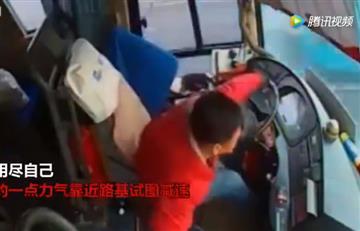 El impactante momento en el que un conductor muere mientras maneja
