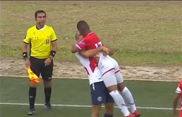 El 'beso' viral de dos futbolistas peruanos en pleno partido