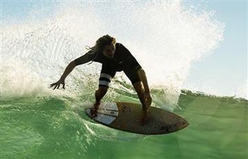 ¡Increíble! las piruetas de este deportista sobre el agua
