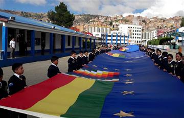 Juventud del MAS de Sucre confecciona bandera marítima de 10 kilómteros