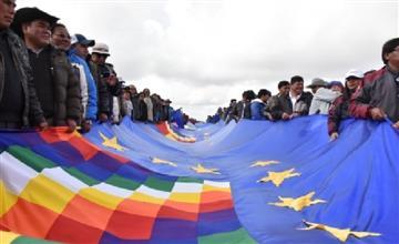 Bolivia: Así se despliega la bandera de récord en apoyo de su demanda de mar a Chile