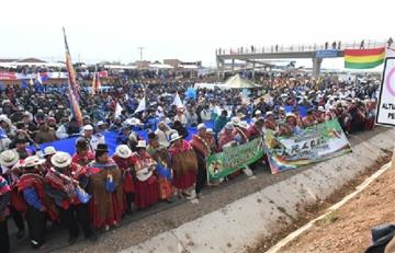 Bolivianos entonan el Himno Nacional en el inicio del 'banderazo'