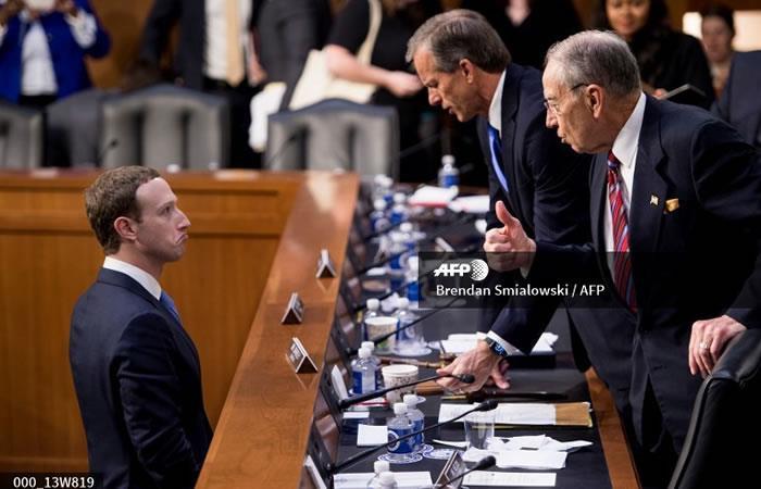 El CEO de Facebook Mark Zuckerberg (L) habla con los senadores. Foto. AFP.