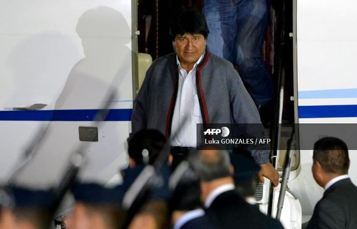 El Presidente de Bolivia, Evo Morales, desembarca al arribar a la base del Grupo Aéreo del Perú (FAP). Foto. AFP.