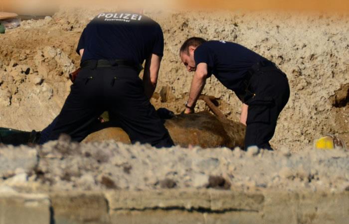 Expertos de la policía alemana trabajando durante las operaciones para desactivar una bomba británica lanzada durante la Segunda Guerra Mundial en Berlín. Foto: AFP
