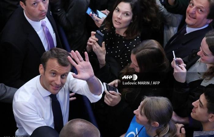El presidente francés, Emmanuel Macron, es recibido por estudiantes de la Universidad Georges Washington. Foto: AFP