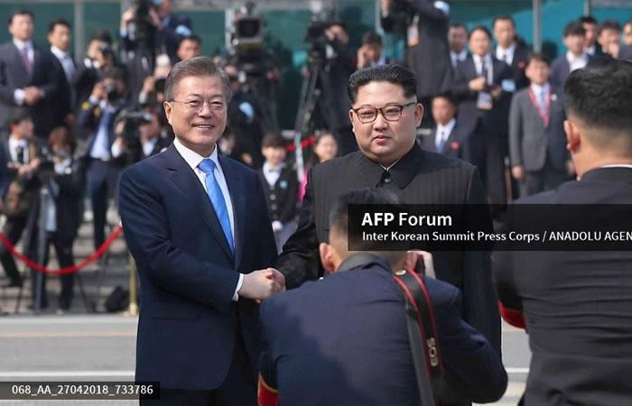 El presidente surcoreano Moon Jae-in (L) y el líder norcoreano Kim Jong-un (R) se dan la mano en el incio de la cumbre. Foto: AFP