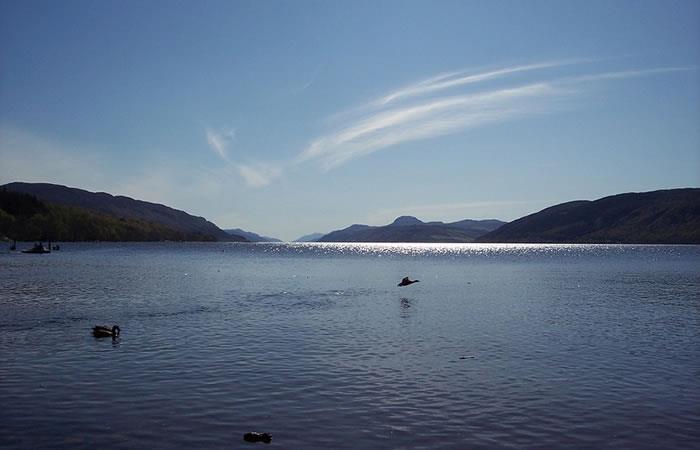 Video: Niña graba misteriosa 'criatura' brillante en el lago Ness
