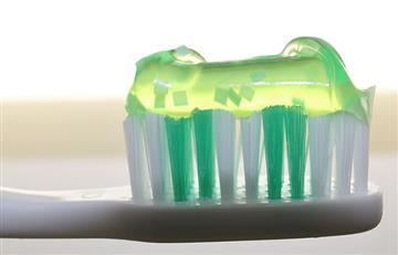 El ingrediente de la pasta dental que genera inflamación del colon