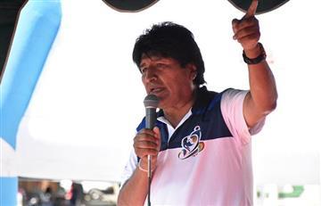 Regalan un balón y un cojín a Evo Morales para que vea el Mundial en Bolivia