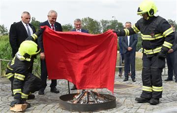 Presidente checo quema un gran calzón rojo para burlarse de los periodistas