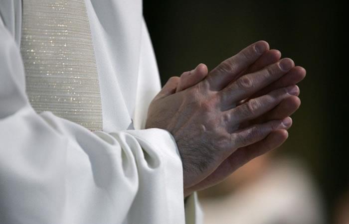 Un sacerdote reza en la catedral de Notre-Dame de París. Foto. AFP.