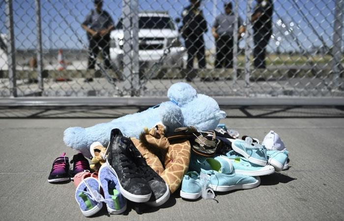 Juguetes y pertenecias de los niños inmigrantes en el paso fronterizo de El Tornillo, El Paso, Texas. Foto. AFP.