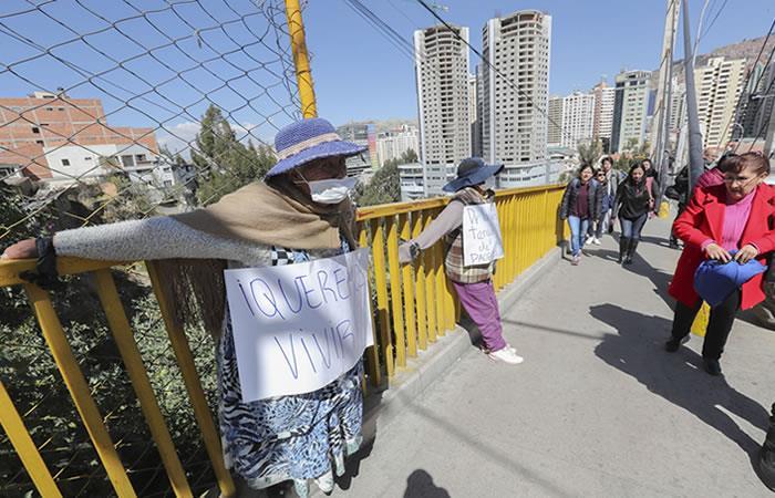 Enfermos de cáncer se crucifican en La Paz. Foto: EFE