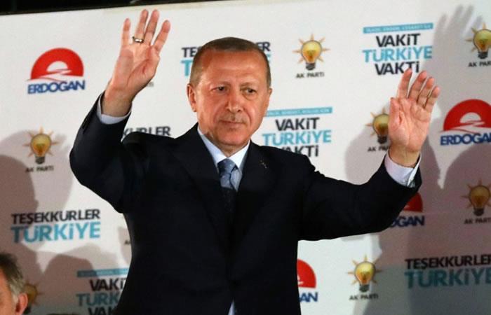 El presidente reelecto turco, Recep Tayyip Erdogan, saluda a sus partidarios en la sede del AKP en Ankara. Foto. AFP.