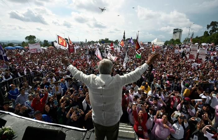 El candidato presidencial mexicano Andrés Manuel López Obrador saluda a seguidores en un mitin en Puebla. Foto. AFP.
