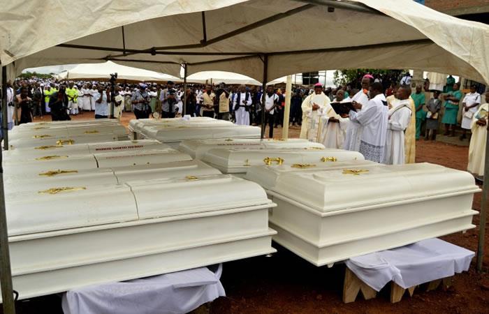 Los ataúdes de 17 personas presuntamente asesinadas por ganaderos de la etnia Fulani durante su entierro en Ayati-Ikpayongo (Estado de Benue, Nigeria). Foto. AFP.