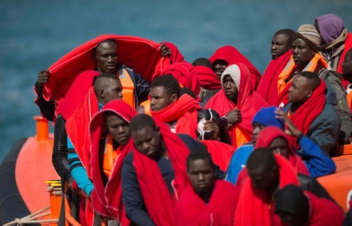 Migrantes cubiertos con mantas proporcionadas por la Cruz Roja llegan a Malaga (España) a bordo de un barco de los guardacostas españoles que los socorrió. Foto. AFP.