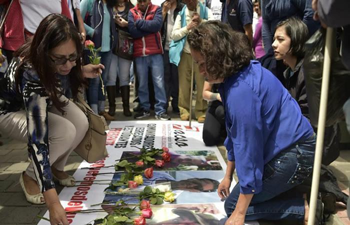 Familiares se despiden del equipo de prensa del Diario El Comercio. Foto: AFP.