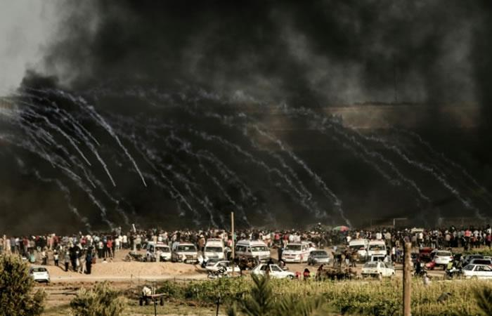 Soldados israelíes utilizan gases lacrimógenos contra manifestantes palestinos cerca de la frontera que separa Israel de la Franja de Gaza. Foto. AFP.