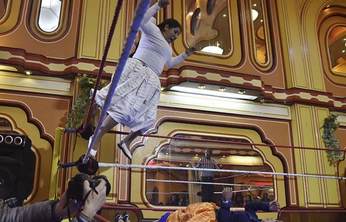 'Cholitas luchadoras' deleitan a turistas en Bolivia en el ring