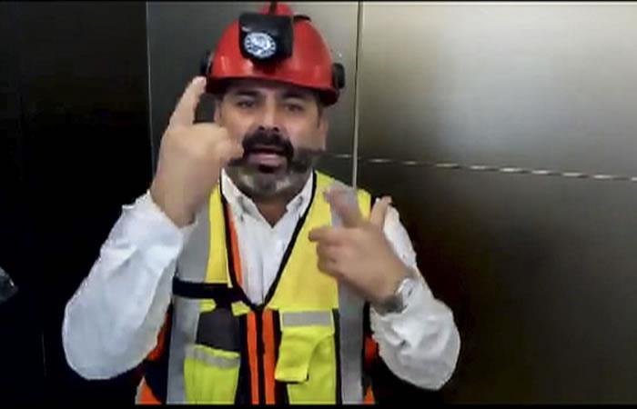 Foto tomado de un video del minero chileno Mario Sepúlveda apoyando a los niñoas atrapados en Tailandia. Foto: AFP