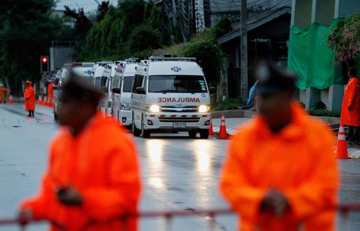 Rescatan a cuatro niños atrapados en cueva de Tailandia